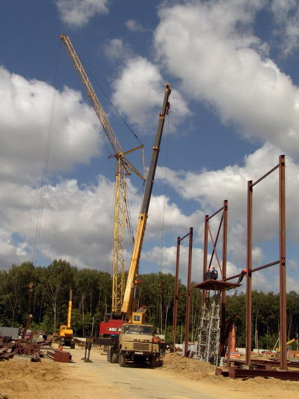 Июнь 2007 года.  Монтаж металлических колонн и перекрытия КРУЭ 220 кВ.