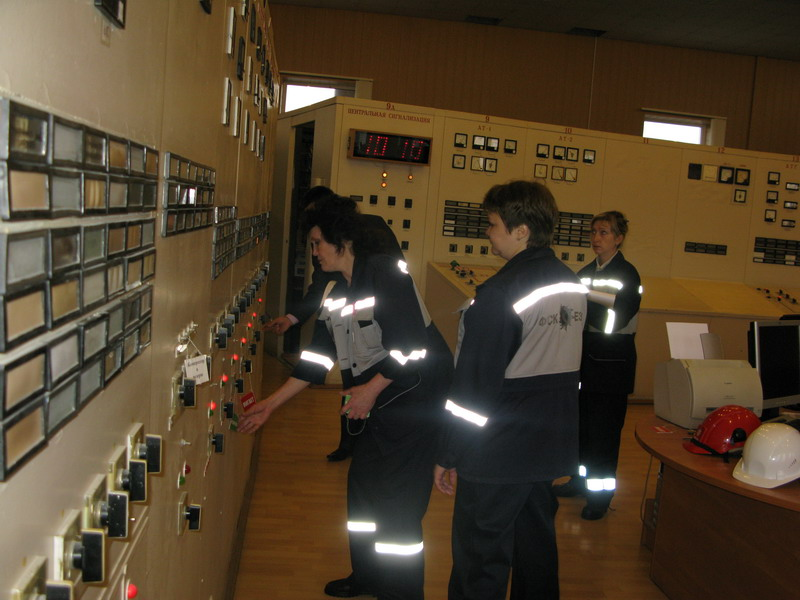 Главный щит управления подстанции 500 кВ Южная.  Дежурный электромонтер подстанции восстанавливает схему питания ОРУ...